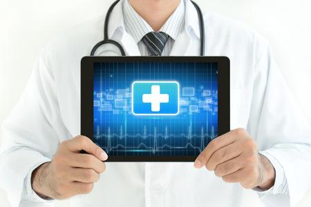 se�ales de seguridad: M�dico tablet pc con la celebraci�n de la primera se�al de la ayuda en pantalla Foto de archivo