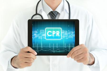 doctores: Doctor celebración de Tablet PC con signo CPR en la pantalla