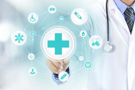 simbolo medicina: Mano del doctor signo de primeros auxilios tocando en la pantalla virtual