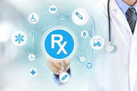 s�mbolo de la medicina: Mano del doctor conmovedora signo Rx en la pantalla virtual