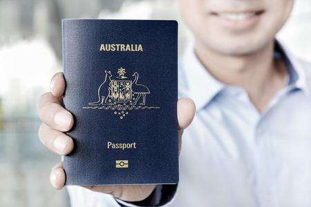 Un hombre muestra el pasaporte (de Australia) Foto de archivo