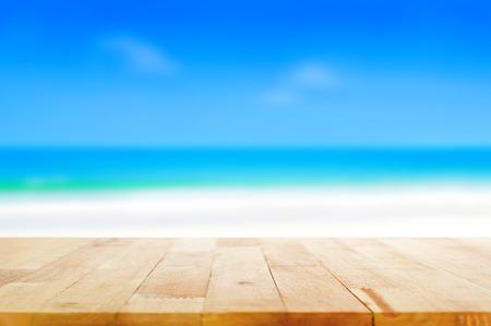 Houten tafelblad op onscherpe achtergrond strand, zomer concept - kan worden gebruikt voor weergave of Montage uw producten