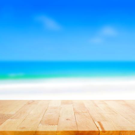 흐린 해변 배경, 여름 개념에 나무 테이블 탑 - 디스플레이에 사용하거나 제품을 몽타주 수 있습니다 스톡 콘텐츠