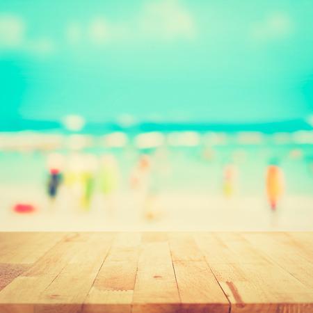 vacaciones en la playa: Vector de madera con la gente borrosa en la playa como fondo en tono de época - se puede utilizar para la visualización o el montaje de sus productos