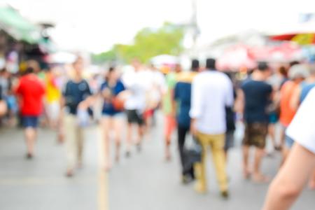multitud de gente: Borrosa multitud caminando en la calle, mercado al aire libre - se puede utilizar como resumen desenfoque de fondo Foto de archivo
