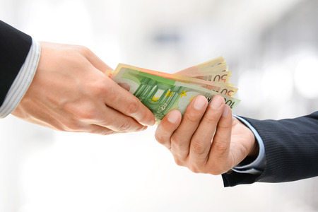 dinero euros: Empresario manos pasan dinero, moneda Euro (EUR), sobre fondo gris blanco