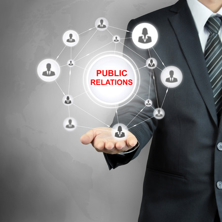 relaciones publicas: RELACIONES PÚBLICAS firmar en la mano de negocios con iconos de personas vinculadas como la red Foto de archivo