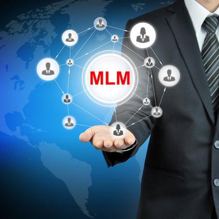 redes de mercadeo: MLM (o Multi Level Marketing) signo conectado con el icono de los empresarios de la red en manos de negocios