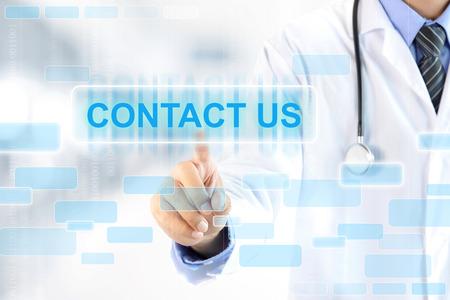 Tıbbi destek ve hizmet anlayışı - Sanal ekranda İLETİŞİM işareti dokunmadan doktor el Stok Fotoğraf