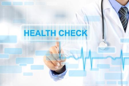 Doktor Hand berühren GESUNDHEITSCHECK Zeichen auf virtuellen Bildschirm