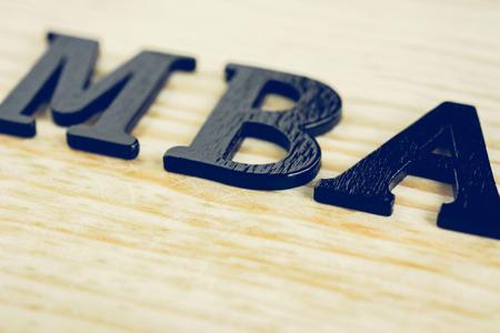 economia aziendale: MBA (o Master of Business Administration) segno sullo sfondo di legno
