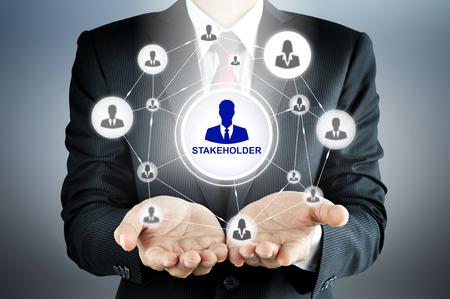 実業家の手にビジネスマン アイコン ネットワークとステーク ホルダー記号