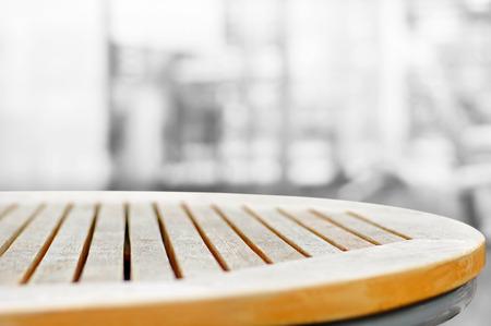 trompo de madera: Ronda de mesa de madera sobre fondo gris resumen de desenfoque - se puede utilizar para la visualización o sus productos Montage