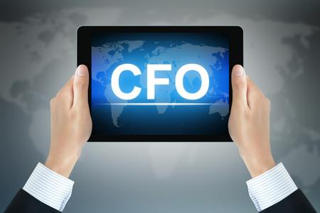 comité d entreprise: CFO (Chief Financial Officer ou) signe sur l'écran de la tablette PC est tenue par des mains d'homme d'affaires