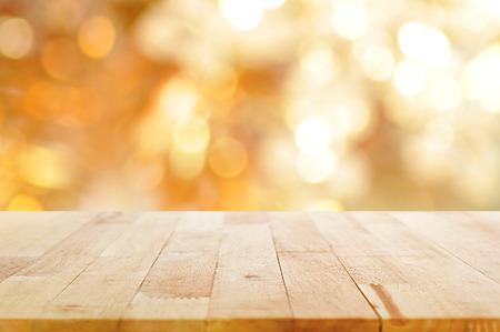 tabulka: Dřevo stolu na lesklý bokeh zlaté pozadí - lze použít k zobrazení nebo montage vaše produkty
