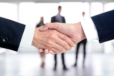 Handshake biznesmenów na rozmycie tła - powitanie informatyków, zajmujących, fuzji i przejęć a koncepcjami