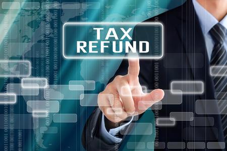 impuestos: El hombre de negocios muestra de la mano de tocar devolución de impuestos en la pantalla virtual Foto de archivo