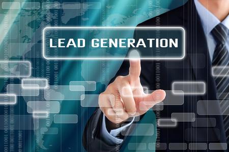 Geschäftsmann Hand berühren Lead-Generierung Zeichen auf virtuellen Bildschirm