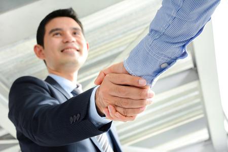 respetar: Empresarios haciendo apretón de manos con cara sonriente - conceptos de felicitación, de negociación, de fusiones y adquisiciones