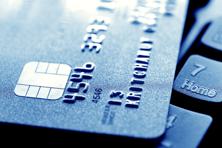 credit card: Cierre de la tarjeta de crédito en el teclado de la computadora