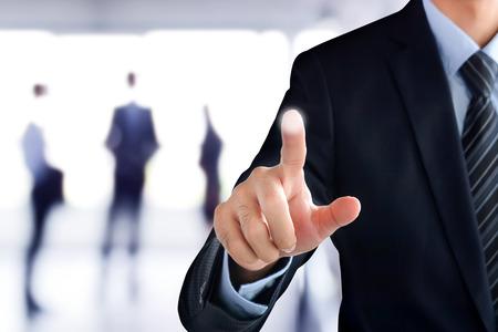 Zakenman hand te wijzen op lege virtuele scherm, moderne zakelijke achtergrond concept - kan worden gebruikt voor montage uw tekst of foto's op de vinger