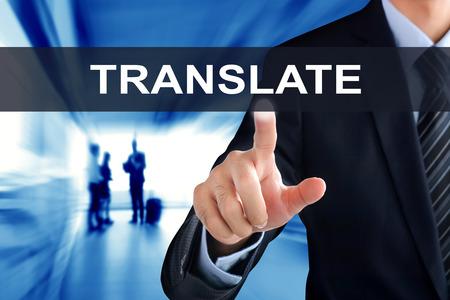 Mano de empresario tocar TRANSLATE señal en la pantalla virtual Foto de archivo