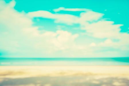 blau: Verschwommene weiße Sandstrand und blauer Himmel für Hintergrund, Vintage-Ton