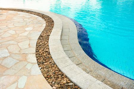 piso piedra: Curved afrontamiento piscina, hecha de piedras