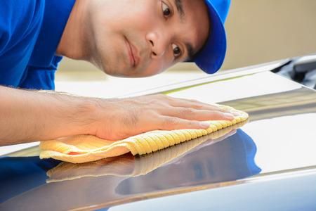 autolavaggio: Un uomo lucidatura auto con panno in microfibra, auto dettagli (o valeting) Concetto Archivio Fotografico