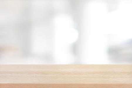 建物の廊下の白い背景をぼかした写真の上部の木のテーブル