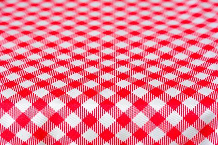 tela blanca: Mesa cubierta con mantel de picnic a cuadros rojo - se puede utilizar como fondo para la alimentación y productos de montaje
