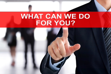 tu puedes: Tocar la mano de negocios ¿QUÉ PODEMOS HACER POR USTED texto en la pantalla virtual - concepto de servicio de negocio