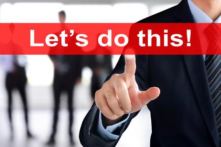"""hacer: La mano del hombre de negocios tocar """"Vamos a hacer esto"""" el texto en la pantalla virtual Foto de archivo"""
