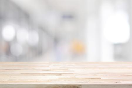 木製テーブル トップから廊下 - ぼやけた白灰色の背景に表示に使用することができますまたはあなたのプロダクトをモンタージュ