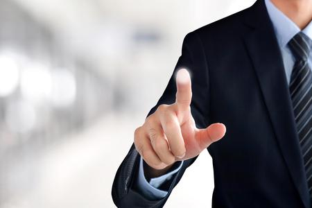 Zakenman de hand aanraken van virtuele scherm leeg, moderne zakelijke achtergrond concept - kan worden gebruikt voor montage uw tekst of foto's op de vinger