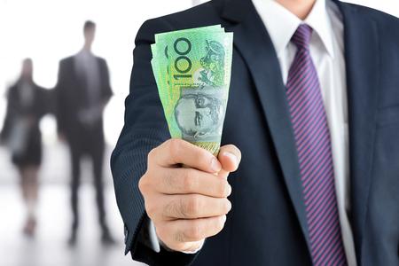cash: Empresario lado la celebración de dinero, dólar australiano (AUD) los billetes de banco