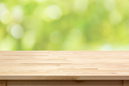 Wood table top on bokeh abstract green background  - can be used for montage or display your products Banque d'images