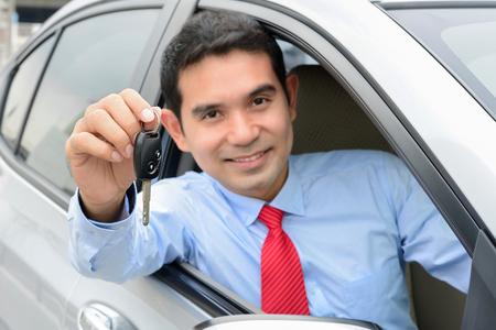 chofer: Sonriente hombre de negocios asiático como una llave del coche del conductor mostrando (Tecla centrado)