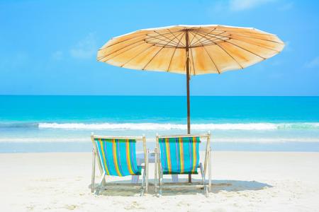 strandstoel: Blauwe zee en witte zandstrand met strandstoelen en paraplu, Samed eiland, Thailand - zomer vakantie en vakantie concepten