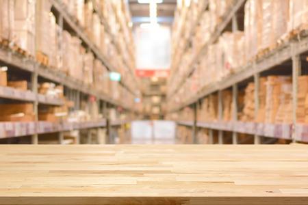 Lege houten tafelblad op onscherpe warehouse achtergrond - kan montage of weergeven van uw producten