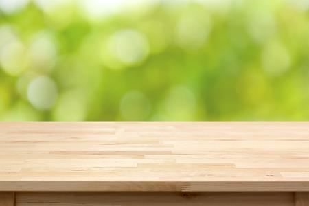 木製テーブル トップ ボケの緑の背景を抽象化 - モンタージュのため使用することができますまたは製品を表示