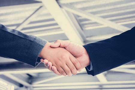 saludo de manos: Apret�n de manos de hombres de negocios - saludo, el tr�fico, las fusiones y concepto de adquisici�n