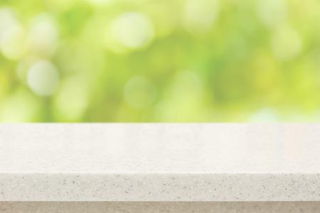 Blanc pierre de quartz comptoir sur bokeh fond vert - peut être utilisé pour l'affichage ou le montage de vos produits Banque d'images - 45291544