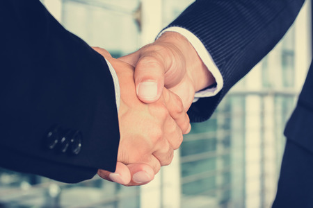 apreton de mano: Apretón de manos de hombres de negocios - saludo, el tráfico, las fusiones y concepto de adquisición