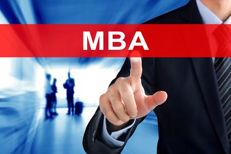 economia aziendale: Mano dell'uomo d'affari toccando MBA (o Master of Business Administration) segno sullo schermo virtuale Archivio Fotografico