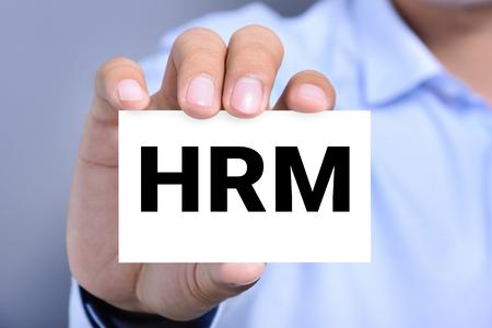 recursos humanos: Cartas de gestión de recursos humanos (o Gestión de Recursos Humanos) en la tarjeta en poder de una mano del hombre