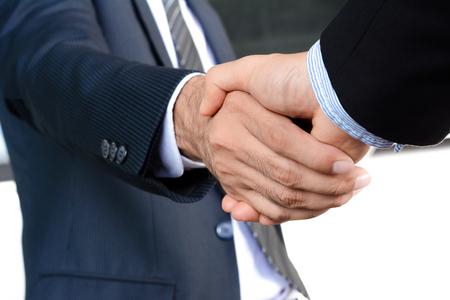respetar: Apretón de manos de hombres de negocios - saludo, el tráfico, las fusiones y concepto de adquisición