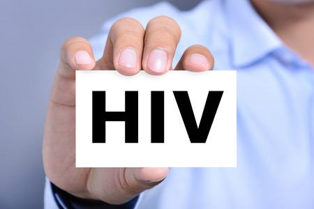 persona enferma: letras de VIH (o virus de inmunodeficiencia humana) en la tarjeta se muestra por un hombre Foto de archivo