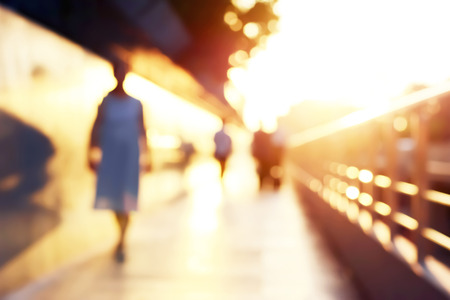 personas caminando: Silueta Desenfoque de personas caminando por la calzada en el crep�sculo