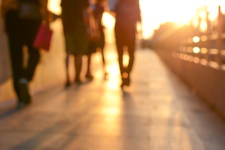 jolie pieds: Blur silhouette de personnes marchant sur passerelle au crépuscule Banque d'images